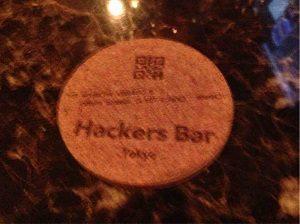 「HackersBar」のロゴが入るハッカーズバーのコースター