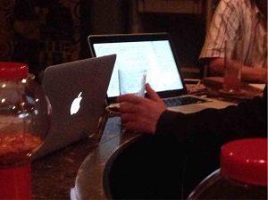 ハッカーズバーのカウンターではMacがあるのが普通
