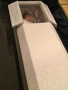 牧師バーで入棺体験