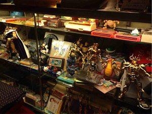 8bit-Cafe店内には聖闘士星矢のフィギュア
