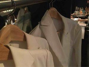 インキュベータ店内では白衣試着可能