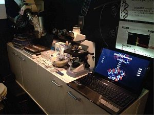 インキュベータ店内には顕微鏡も用意