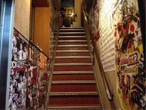 ドミネーター店内への階段