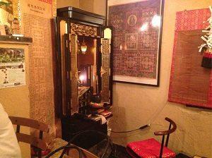 四ツ谷坊主BAR店内には仏壇がある