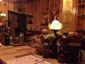 大坂坊主バーのカウンターに座って