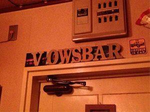 大坂坊主バーの店内にはVOWSBARのロゴ