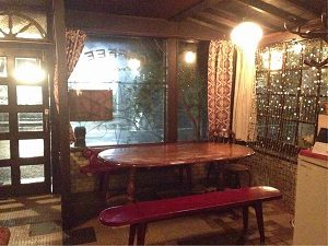 BAR探偵の店内は古い喫茶店テイスト