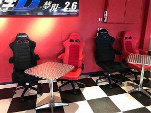 ディーズガレージのテーブル席