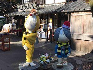鬼太郎茶屋の前に立つ鬼太郎とねずみ男