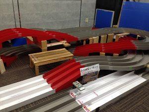 ミニ四駆BAR「Hideaway Garage」内のコースは複雑に入り組む