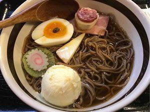 亜呂摩の珈琲拉麵アイスを食べ始める