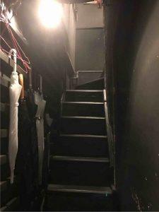 漬物BAR4328の入口は階段