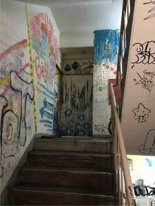 落書きの中を5階まで登るとアナムネ