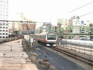 N3331の店舗横を駆け抜け神田駅へと向かう中央線
