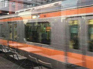 N3331の横を駆け抜け神田駅へ向かう中央線