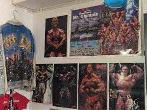 ツインズマッスルの壁には筋肉のポスター