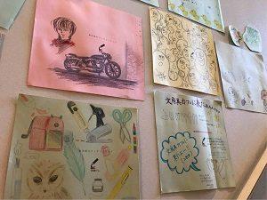 文房具カフェの階段横にはイラストが多数