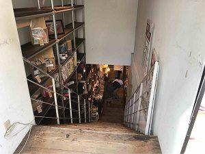階段を降りた地下が文房具カフェ