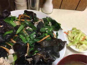 キクラゲ定食は想像以上に黒い