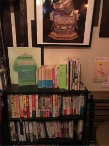 高円寺尼僧BARには仏教に関係した書籍もある