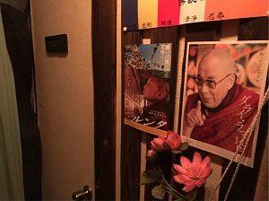 高円寺尼僧BARのトイレの横にはダライ・ラマ