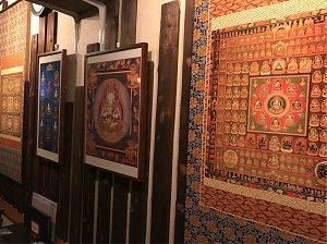 高円寺尼僧BAR店内の壁には曼荼羅が掲げてある