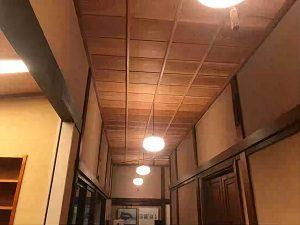 ぼうずン・コーヒーの天井には木の温もり