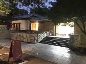 祥雲寺の敷地内入っていくとぼうずン・コーヒーの入口が