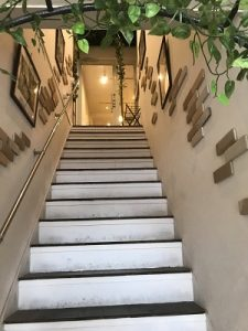 ムッチーズカフェは階段を2階へ
