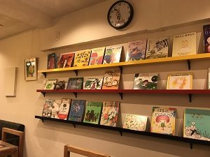 ムッチーズカフェ店内には絵本が並ぶ