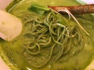 小松菜クリーミーラーメンは麺も緑色