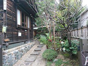庭を通って古桑庵の入口へ
